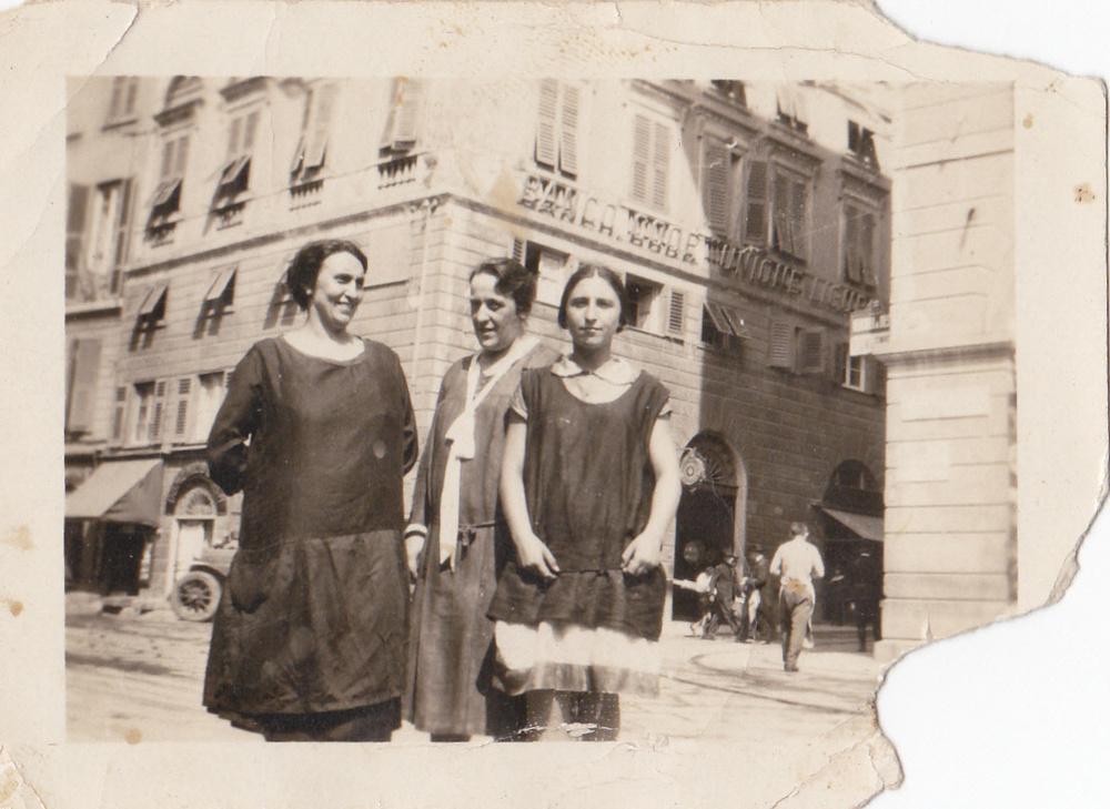 1924 – da sinistra la bisnonna Matilde Barbagelata con la figlia Caterina Pedemonte, l'ultima a destra, in Ciappa Vegia in piazza Reibetta.Sullo sfondo Via San Lorenzo