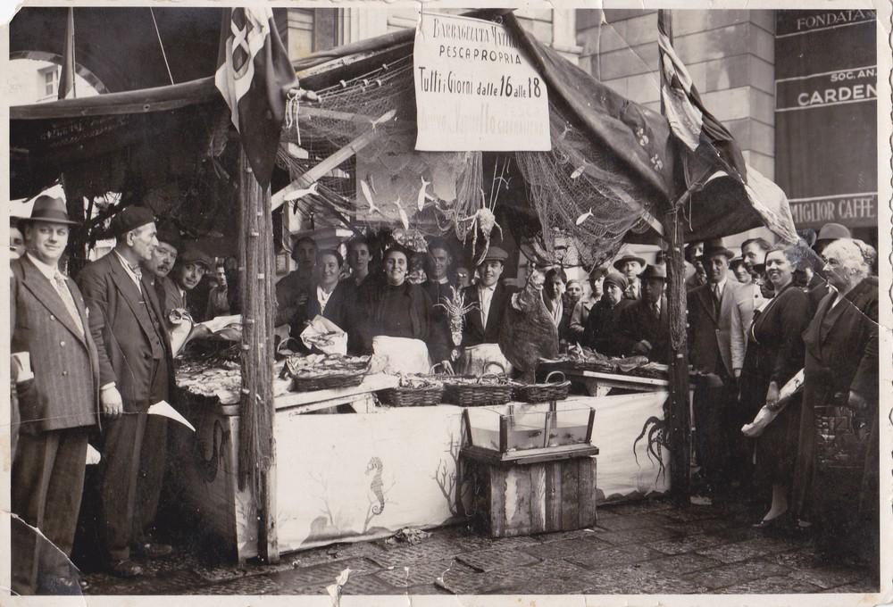 1924 – Matilde Barbagelata a una fiera in Galleria Mazzini con il suo banco, allestito a regola d'arte