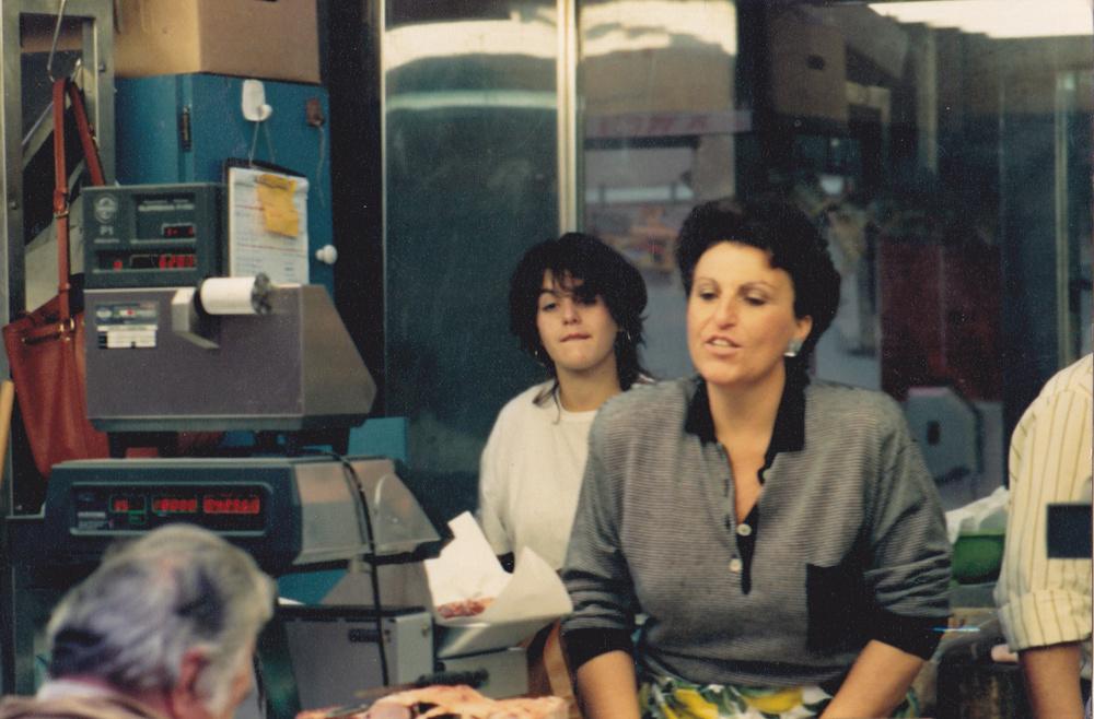 1988 – in primo piano Matilde Vallarino e dietro a sinistra Caterina Conti, al lavoro sul banco del Mercato Orientale