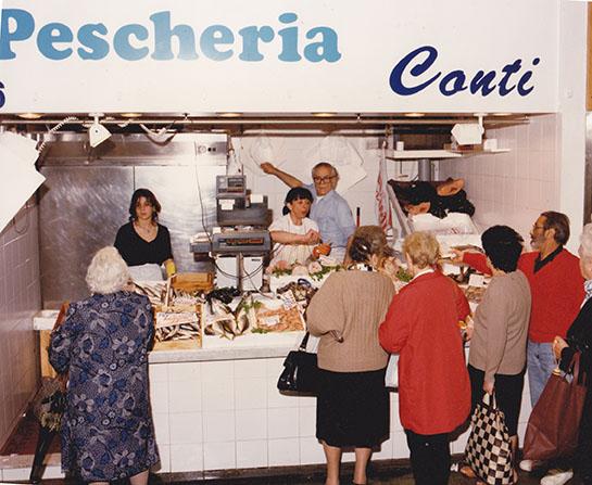 1992 – Caterina Conti sul banco del Mercato di Piazza Scio