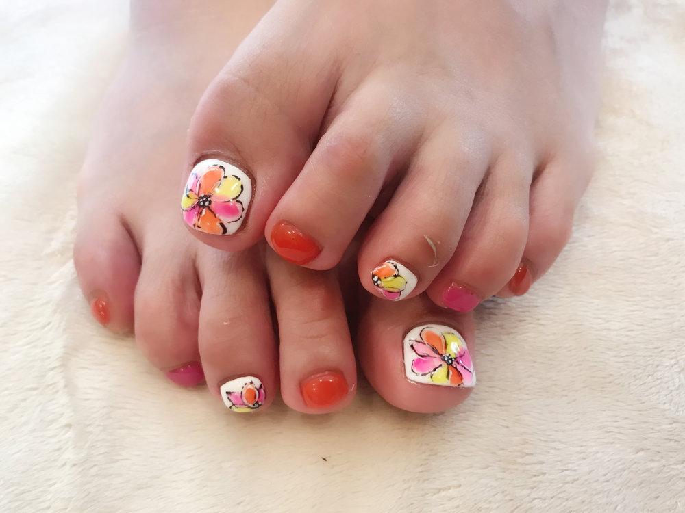 水彩風に仕上げたフラワーnail 。  オレンジやピンク、イエローでカラフルに  カラーにはクリアを混ぜて艶っと  ビビットカラーでも幼くならないように  白ベースのnailがアクセントになって◎    ayaka