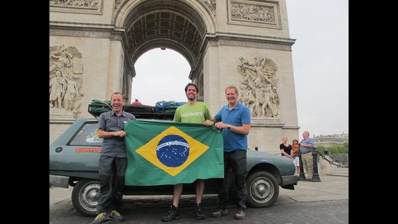 Foto para a Paris Match. O Clemente jura que estava vestido atrás da bandeira!