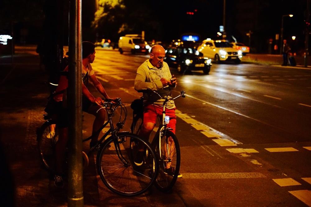 Ciclistas esperando o sinal verde