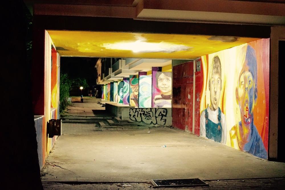 Típica entrada de um prédio estilo Platenbau. A arte está em todo lugar.