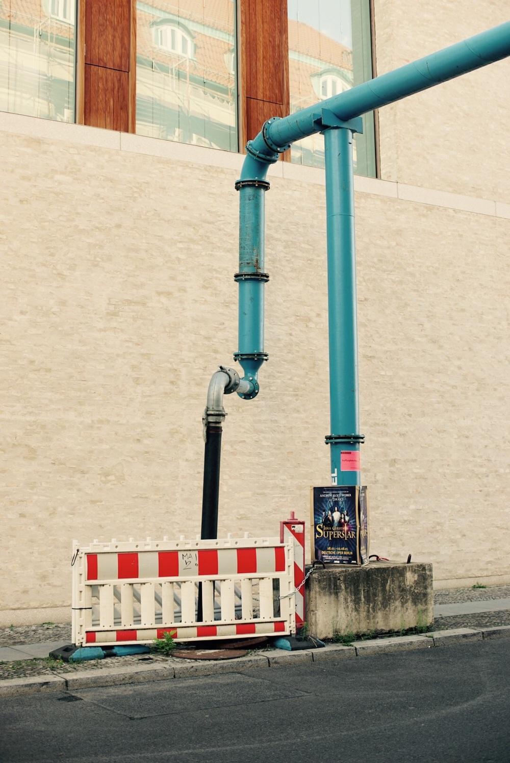 Os famosos e onipresentes tubos de dregagem do solo.