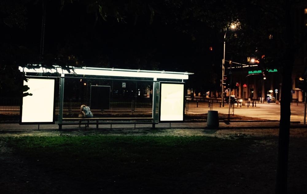 Esperar um ônibus de madrugada pode custar um bom tempo...