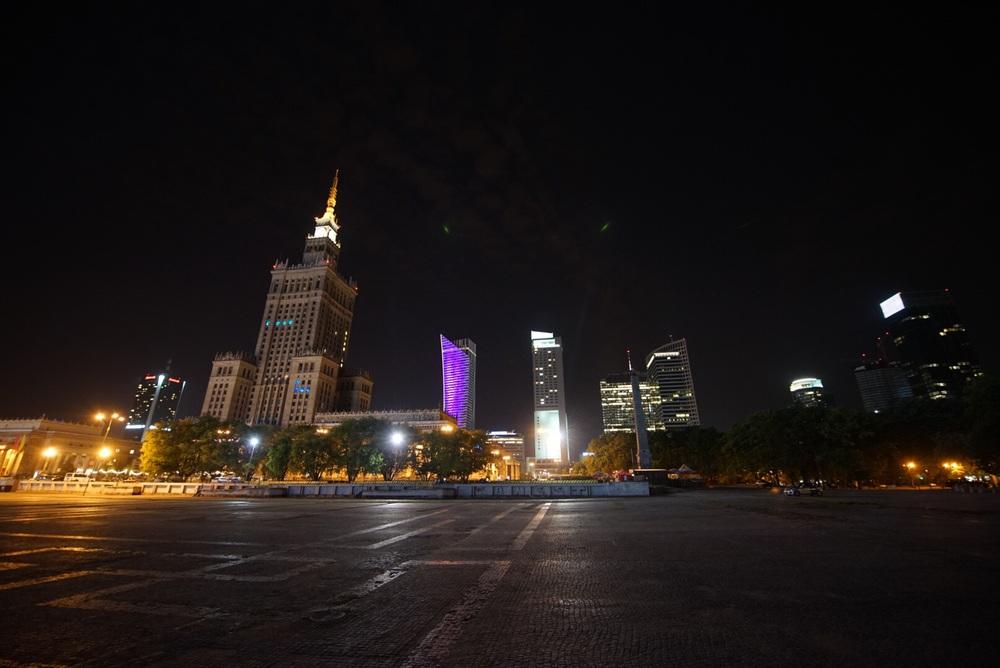 Contraste: Pałac Kultury e os novíssimos edifícios da atualidade.