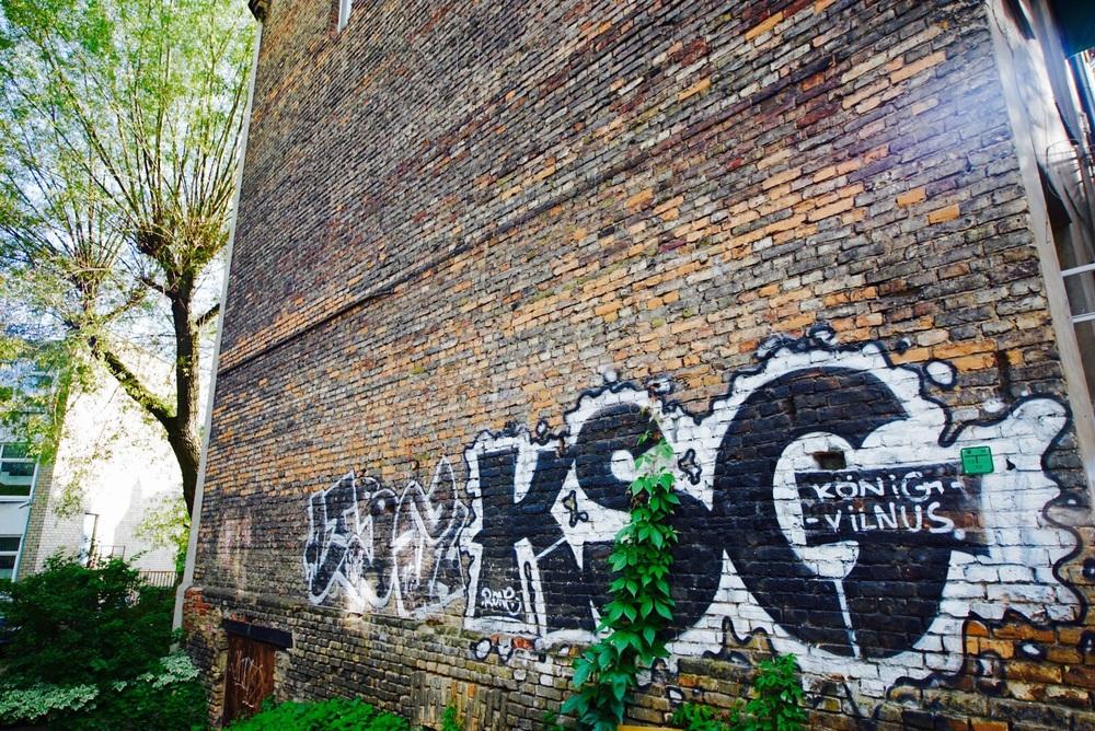 Grafite e os belíssimos muros de tijolos. Bela combinação.
