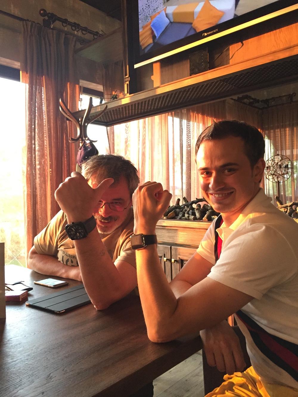O tradicional relógio aviador do Misha e o Ivan com um Apple watch! Tradição e inovação!