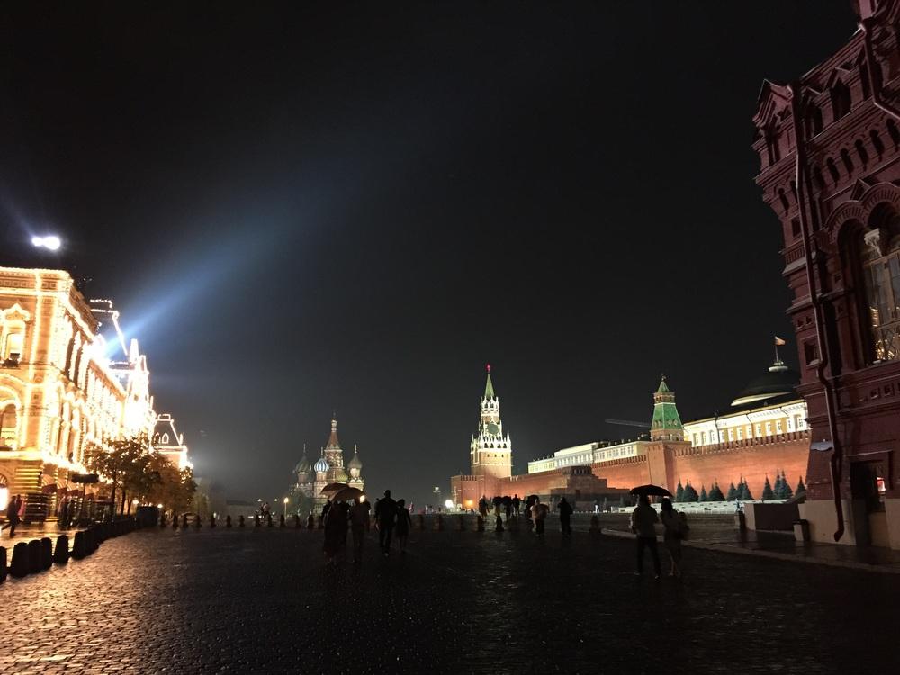 Praça vermelha à noite e na chuva! 100% vazia