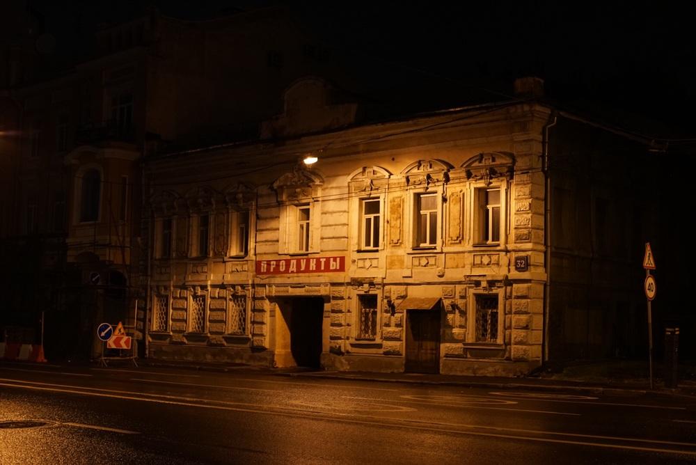 Iluminação das ruas dá um caráter interessante nos edifícios