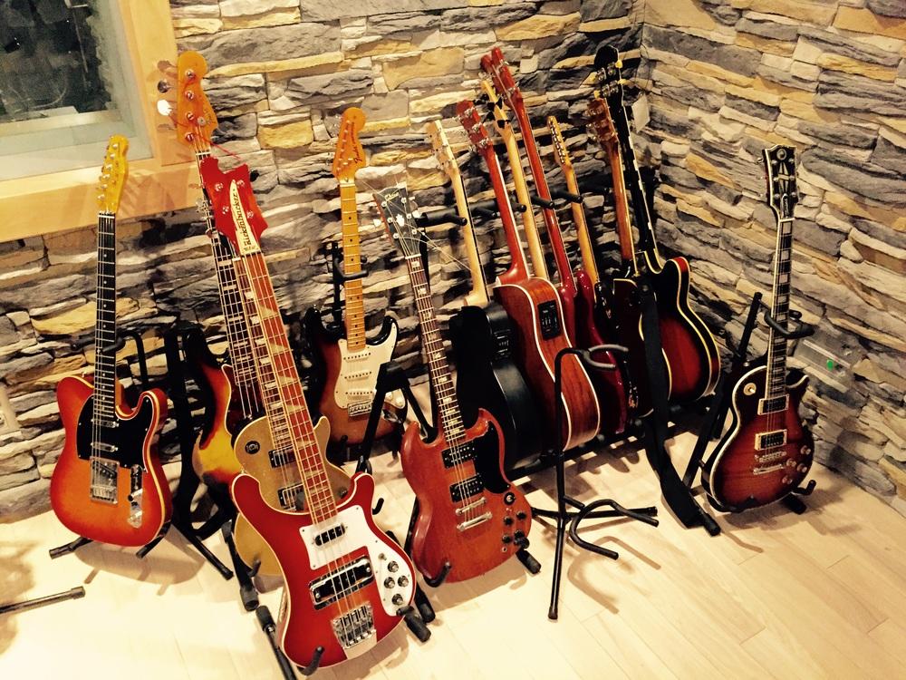 Ou então a guitarra e baixo de sua preferência!