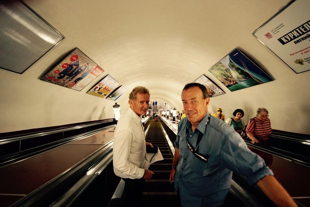 Gerard e Dietrich descendo as escadas em direção aos trens.