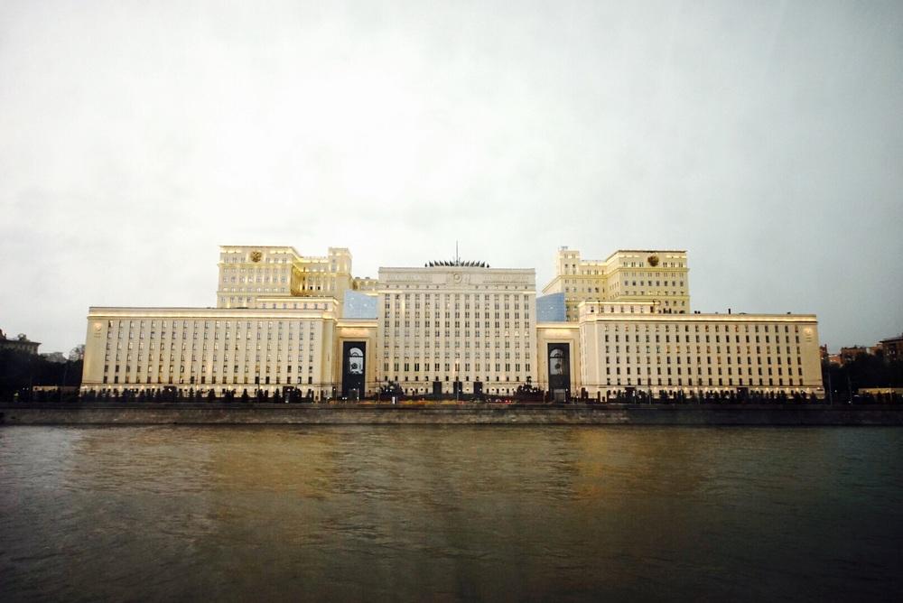 Novo ministério da defesa na beira do rio Moscou.