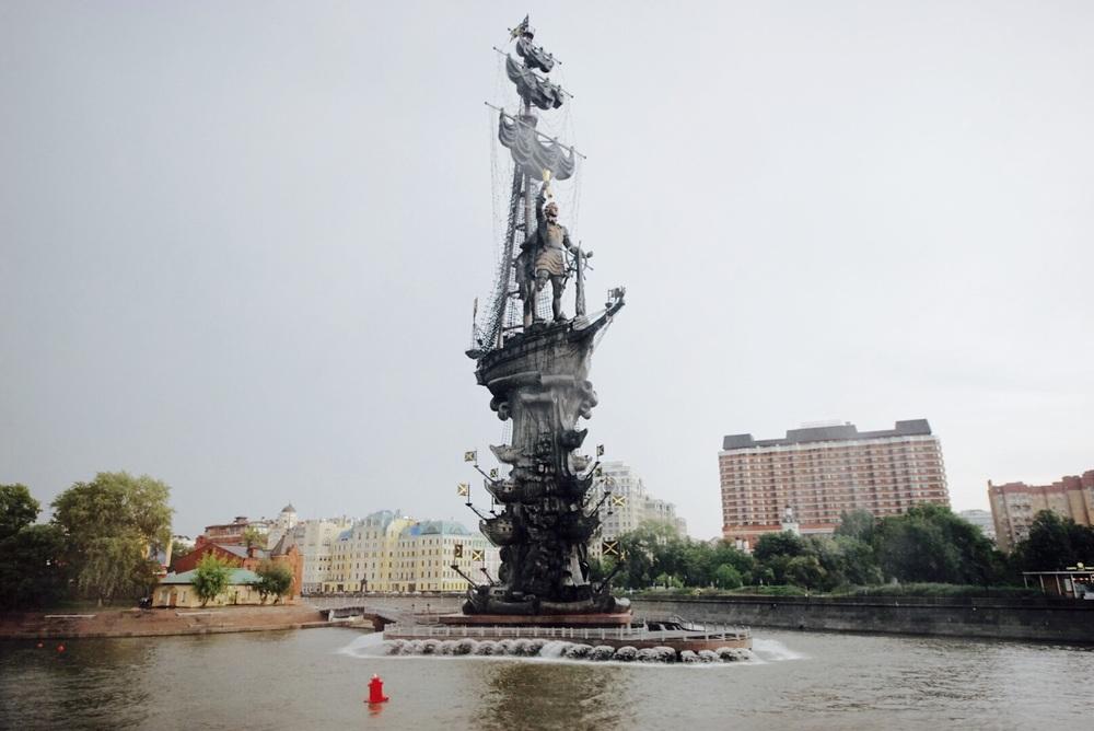 Monumento ao Pedro o Grande às margens do rio Moscou. É realmente grande!