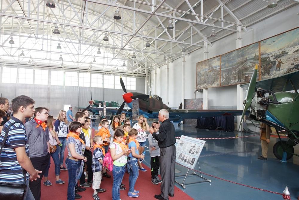 As crianças aprendem desde cedo todos os detalhes sobre a aviação do seu país.