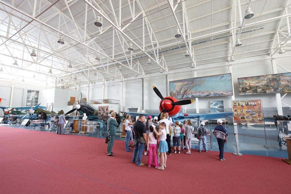 Mais um grupo de crianças aprende todos os detalhes sobre os aviões!