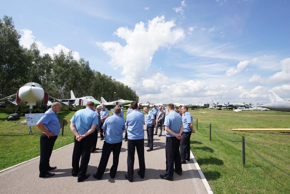 Militares aprendem detalhes sobre os aviões!