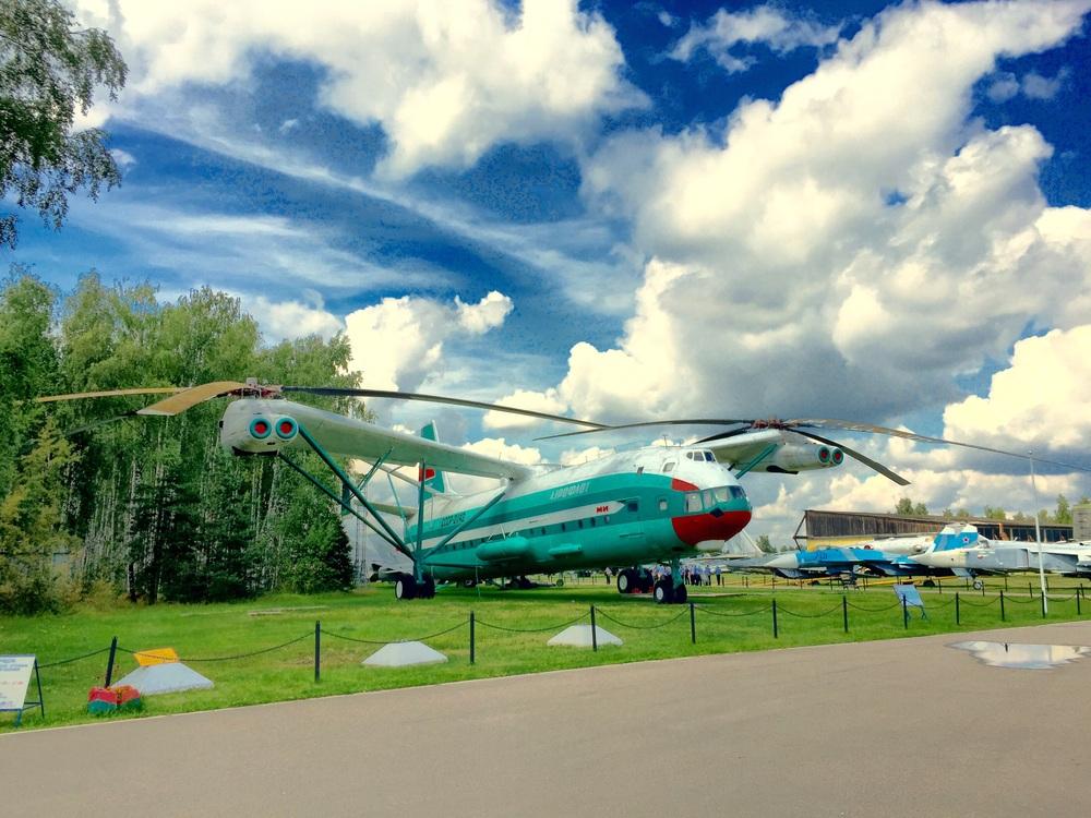 Gigantesco helicóptero/avião exibido no museu de Monino
