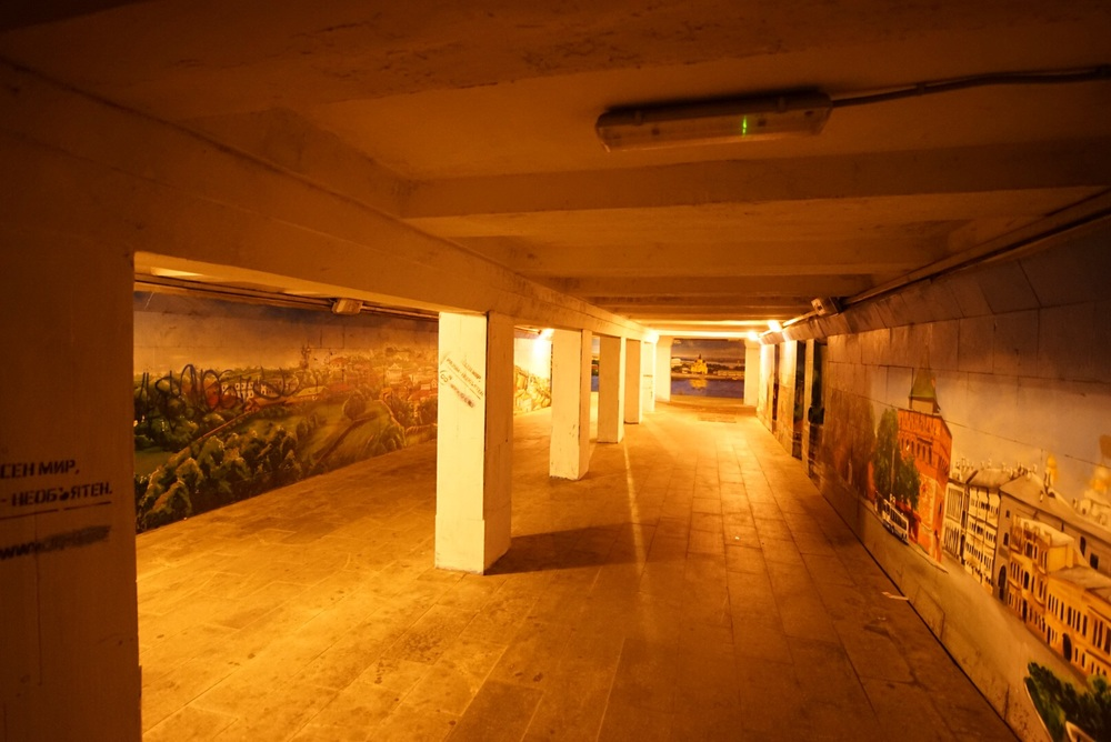 As passagens subterrâneas são cheias de pinturas.