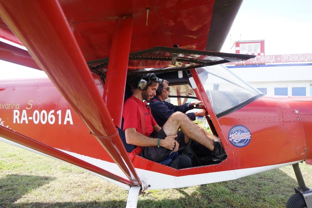 Blogger espreme-se para caber no avião