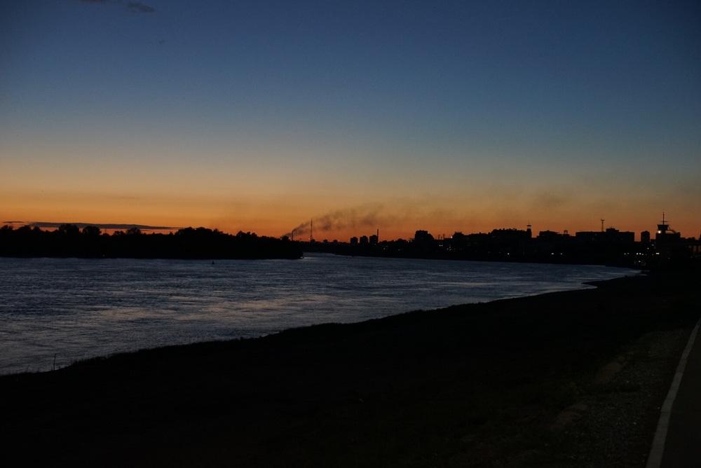 Rio Irtich e ao fundp uma usina termelétrica
