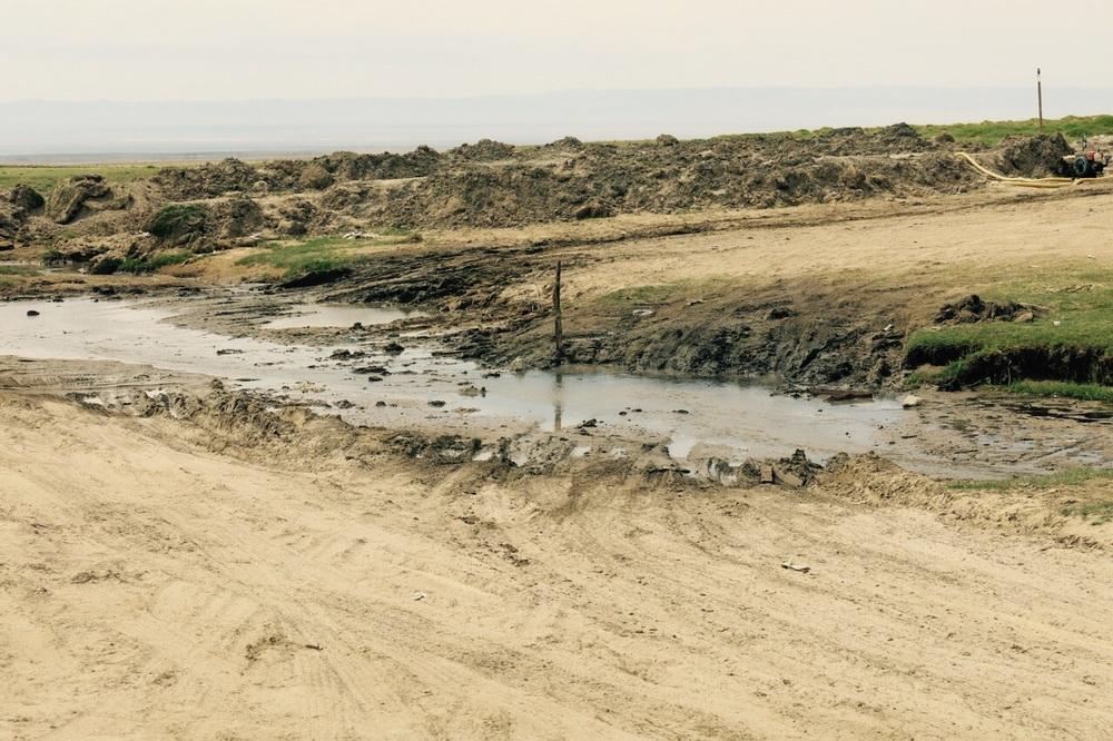 E um belo rio de lama para cruzar. Na foto parece ok, mas foi difícil!