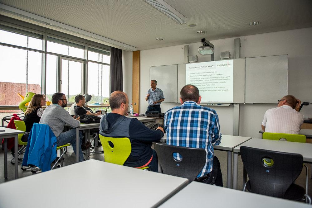 WLAN an Erlanger Schulen für den Einsatz mit Tablets - DR. K. WILHELM (Fa. KommunalBit)