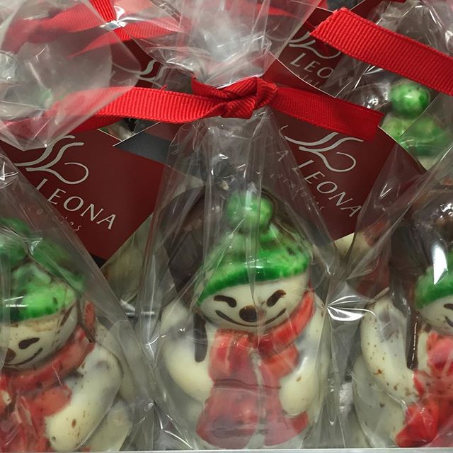 Where do we hide twin snowbabies? Naturally, they are nestled right inside their Snowmamas! #holidaychocolate #artisanchocolate #chocolatesnowmama #chocolatesnowmanbabies #chocolategift #stellaleona #chocolatesnowman