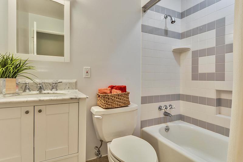 Main Level-Bath-DSC6090.jpg
