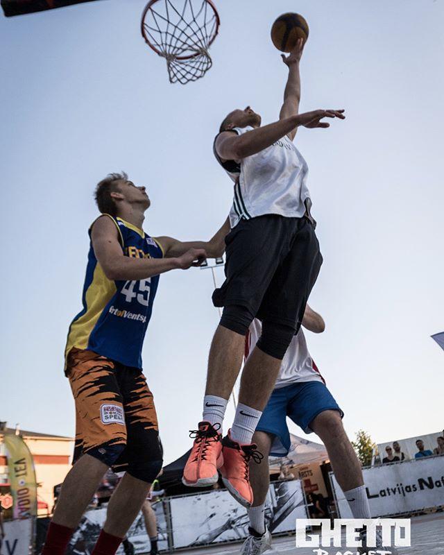 """Ghetto Basket Kuldīgā ir aizvadīts!✅🤟🏻💥 Pie mikrofona vakar spridzināja @edgarssniegs un @lauriszalans UN  kā jau Kuldīgā pienākas, uzvaru PRO grupu turnīrā guva """"Kurzemes stroganovs""""😁🤟🏻, un @probasketballlv  3p metienu konkursā labākais bija kurzemnieks @vernerskohs !💪 Paldies visiem par piedalīšanos! Paldies Kuldīga!🤟🏻💥❤️ #DzimusiBrivibai #Ghettobasket #kurzeme"""