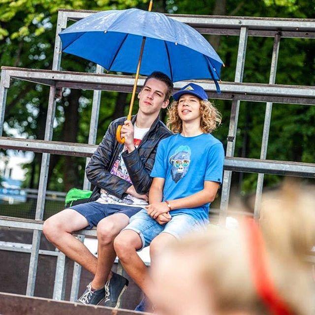 Ja uztraucies, ka šovakar līs, tad atceries, ka Ghettiņā vienmēr atradīsies kāds, kurš draudzīgi padalīsies ar lietussargu!😁💪❤️ Ietago draugu, kurš vienmēr gatavs palīdzēt!👀 #DzimusiBrivibai
