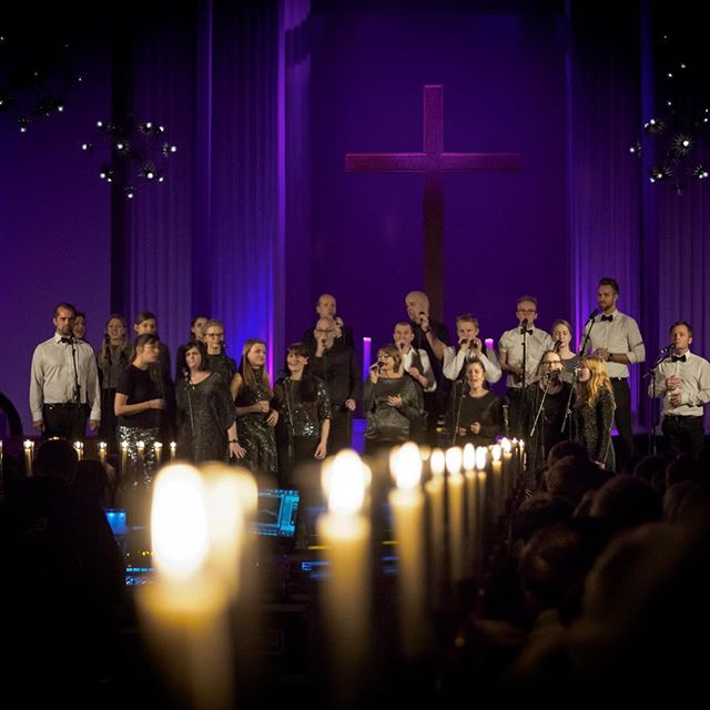 "Sidste søndag var en ganske særlig dag: Intet mindre end 7 kor og vokalgrupper sang fælles julekoncert i en fyldt Lukaskirke for at markere udgivelsen af vores spritnye jule-cd. Vi er stadig helt høje oven på oplevelsen!  Tusind tak til @vokalkompagniet , @evechoir , #Maestra, #Naura, @vox11official og @vocal_line for en fantastisk koncert og tak for jeres opbakning til projektet. ""A Vocal Christmas"" er nu officielt udgivet, og du kan stadig købe cd'en her: www.sonovokal.dk/shop eller lytte til den på din favorit streamingtjeneste. . . . . . Last sunday was a special day: 7 choirs and vocalgroups did a sold out concert together to celebrate the release of our new christmas cd, that we made together! Thanks to all the participating choirs for your beautiful music and your support.  Couldn't you make it to the concert? No worries, you can buy the cd on our webpage (link in bio) or listen to it on your favorite streaming site. Just search for ""A Vocal Christmas"" 🎄 #christmasalbum #christmas2018 #avocalchristmas #acapella #vocalgroup #christmasmusic"