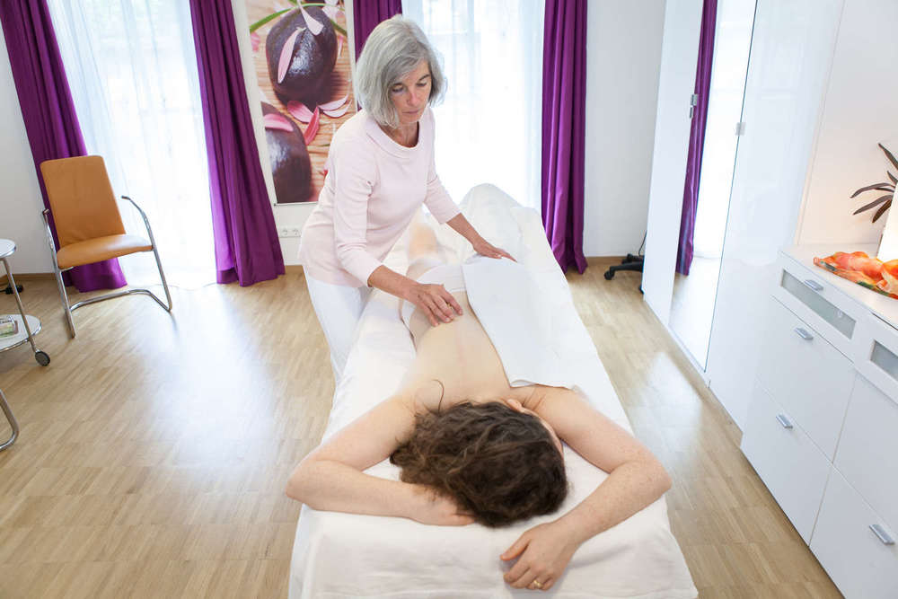 Akupunktmassage  Die Energie darf in den Meridianen frei fließen. Ziel ist es, Blockaden auf sanfte und entspannende Art und Weise zu lösen.
