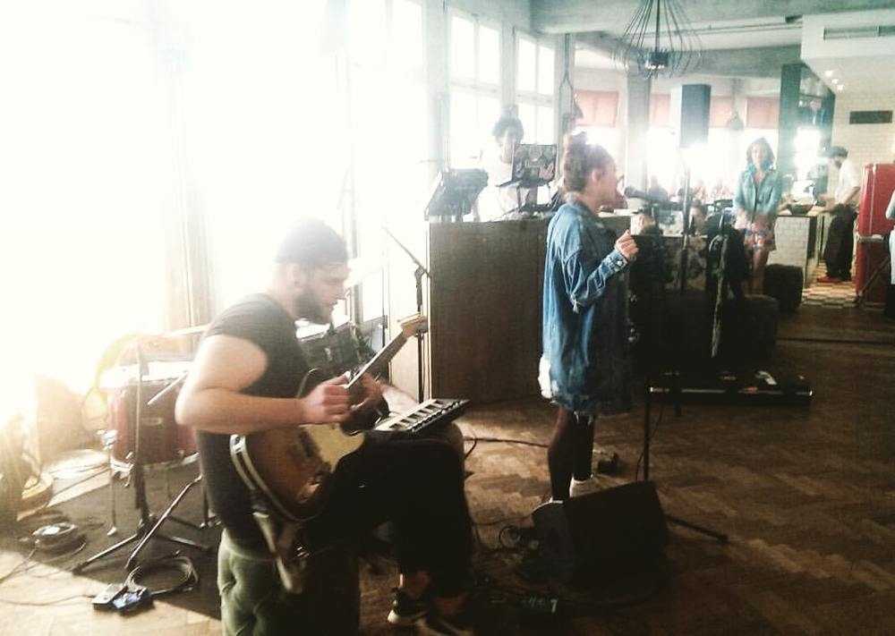 Max & Wanja Janeva Live @sohohouseberlin   :)  Vielen Dank an Jen Dale  ❤️ Am 23.8.2016 erwartet euch ein längeres Acoustic Set von uns beiden im Soho House Berlin   :)   Kommt alle vorbei 💋  #jendale #stimulus#max#nimoe#wanjajaneva#sohohouse  #sohohouseberlin  #acoustic #set#music @nimoesinsta @wanjajaneva @jendalewho @stimmystim