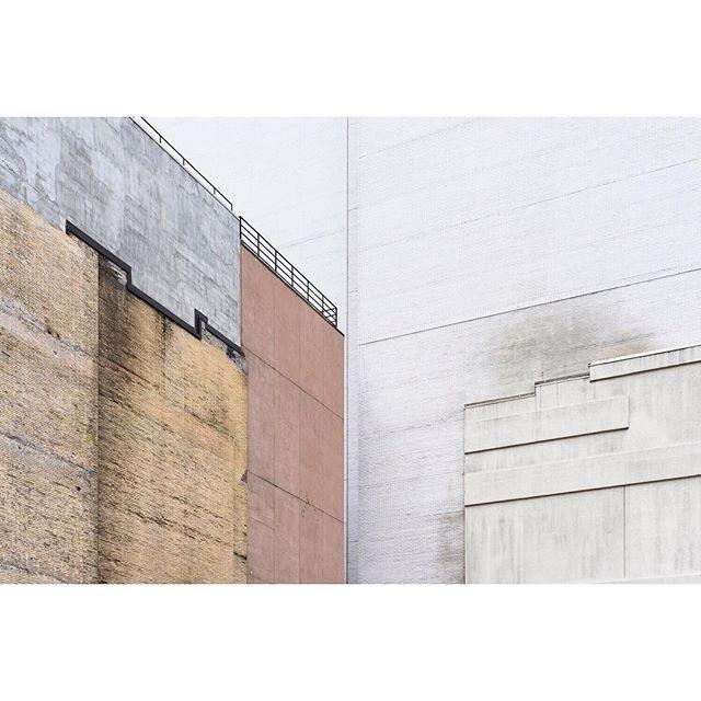 5th Avenue, Manhattan . . . . . #newyork #construction #5thavenue  #manhattan #ifyouleave #oftheafternoon #selektormagazine #justifiedmagazine #yetmagazine #archilovers #paperjournalmag #subjectivelyobjective #paradisexmagazine #hurtlamb #nikon #gominimalmag #minimalzine #thespacesilike #urbanscape