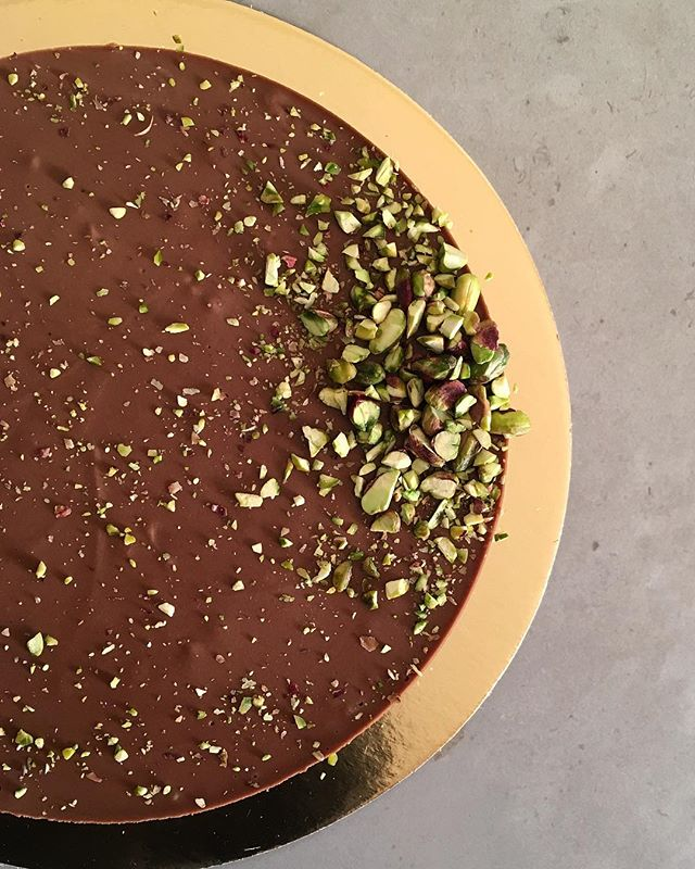 Taking in last orders of Raw Vegan Cheesecakes for Christmas. Featured here: Chocolate Superfood. Other flavours for this weekend: Blueberry-Lime, Lime, Mocha (Chocolate-Coffee), Coffee and Hazelnut. All gluten, lactose & refined sugar free ✨🎄✨😋