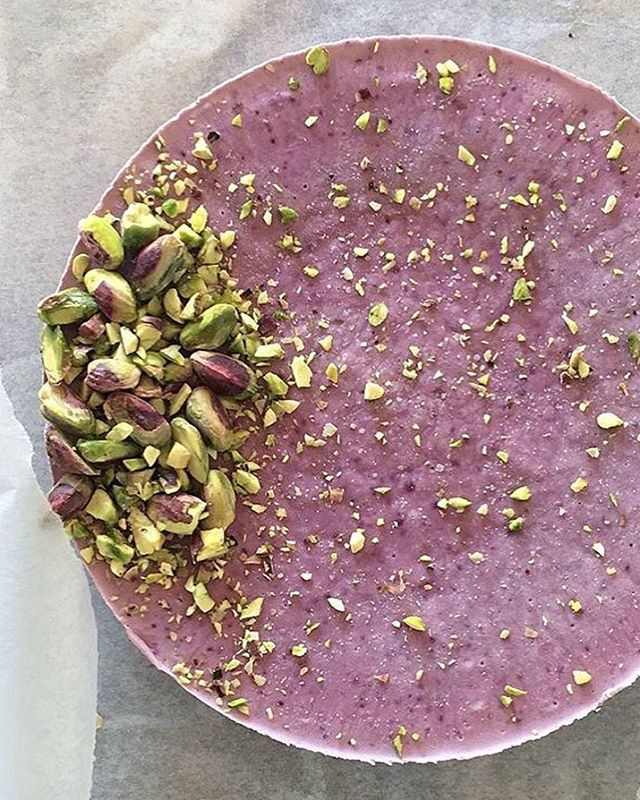Blueberry-Lime raw vegan delight for Newyears? Taking last orders until tomorrow :) (other flavours: Chocolate-Superfood, Mocha (Coffee-Chocolate), Coffee, Lime & Hazelnut in sizes S,M & L. Happy New Year everyone 🎉🎊 ••• A receber os últimos pedidos destas delícias vegan raw para a passagem de ano. Mirtílo-Lima, Chocolate, Mocha (Café-Chocolate), Café, Lima e Avelã em tamanhos S,M e L ;) Bom ano a todos🎉🎊