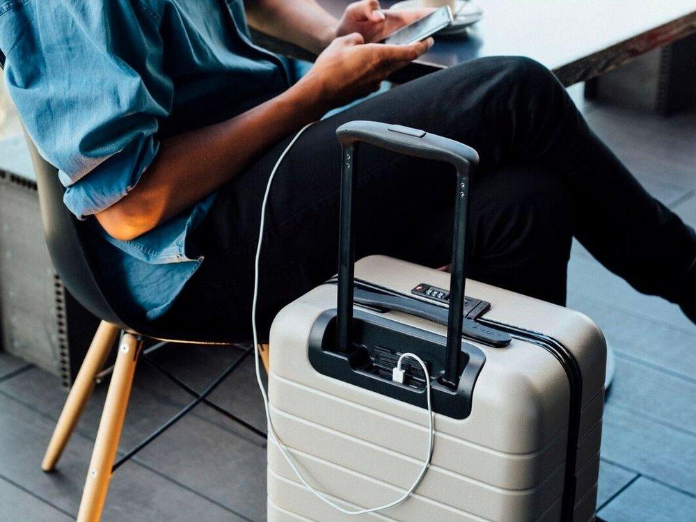 Charging suitcase