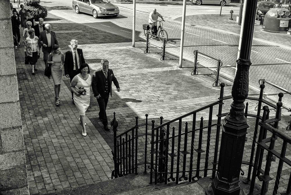 Een huwelijksfotograaf staat altijd op de juiste moment op de juiste plaats. Bruid Peggy en bruidegom Günter komen aan op het gemeentehuis van Oud-Turnhout
