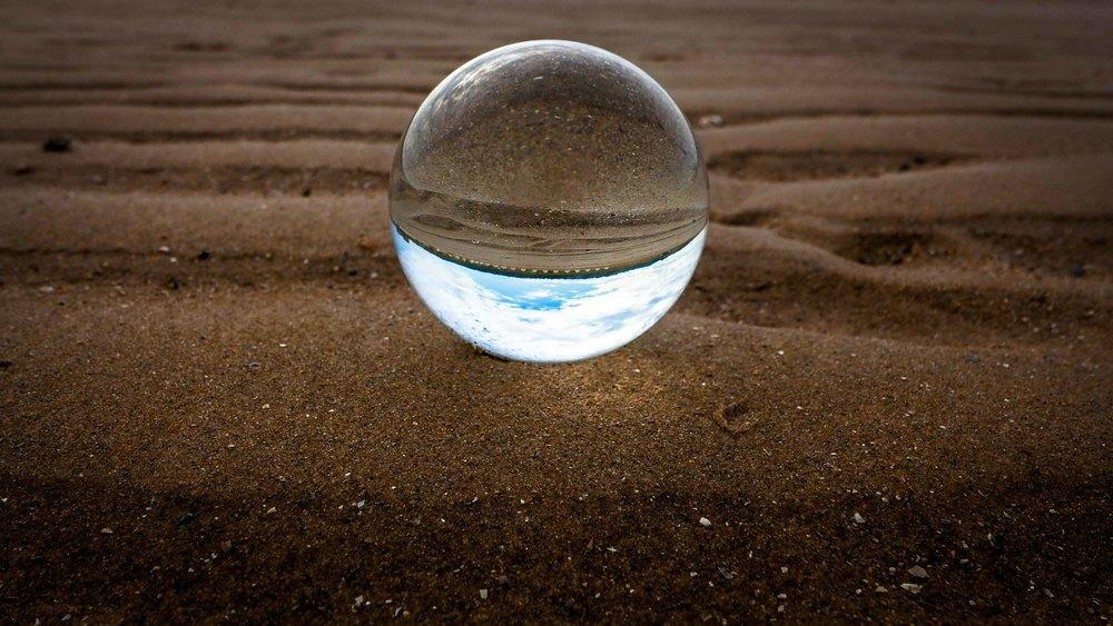 Viewfinder-kristallen-bol-eigenzinnige-fotografie-strand-golfbreker-4