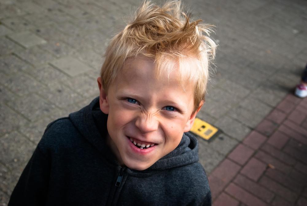Robbe is een lieve deugniet. Dat zie je zo. Kinderfotografie is spontaan. Zelfs als ze poseren.