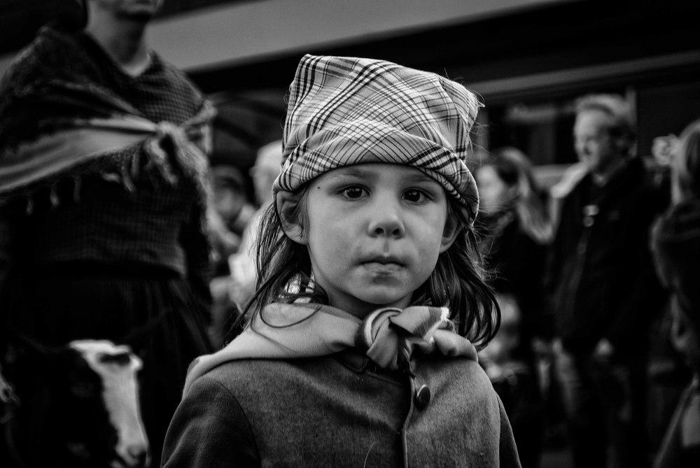 """Dit meisje op de Geitetstoet van Wilrijk deed me denken aan Antje De Boeck in de film """"Daens"""" van Stijn Coninckx. Ga door je knieën bij kinderfotografie."""