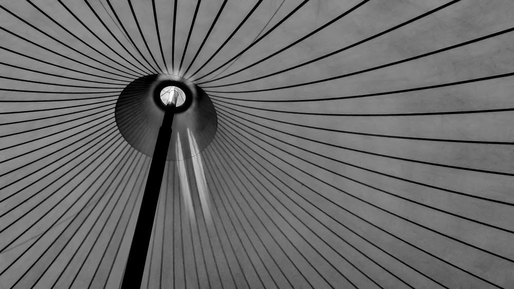 De lijnen van de tent in de Schorre in Boom leiden jouw ogen. Als een gids nemen ze jouw blik mee naar het onbekende.