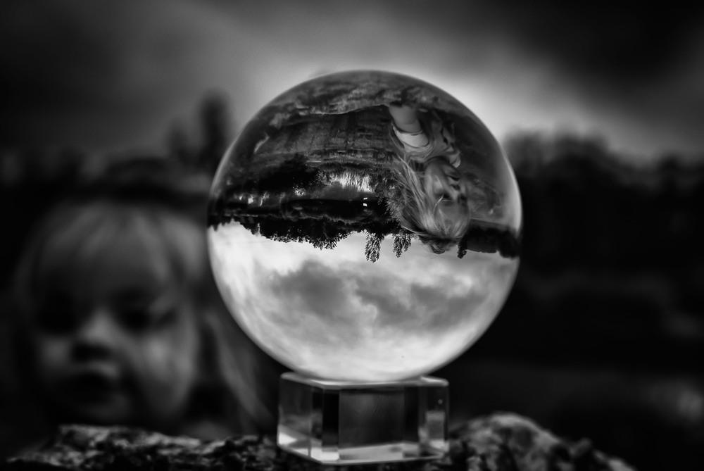 Een nieuwsgierige peuter fotograferen met een kristallen bol is niet evident.