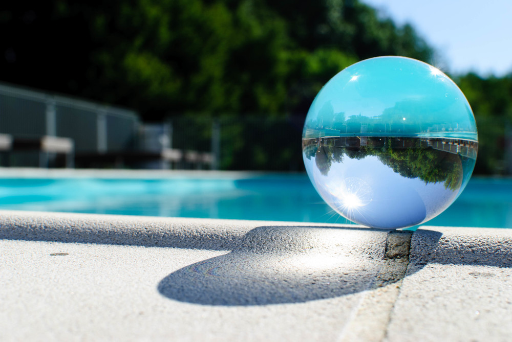 Op de buik dan maar voor deze foto met de kristallen bol.