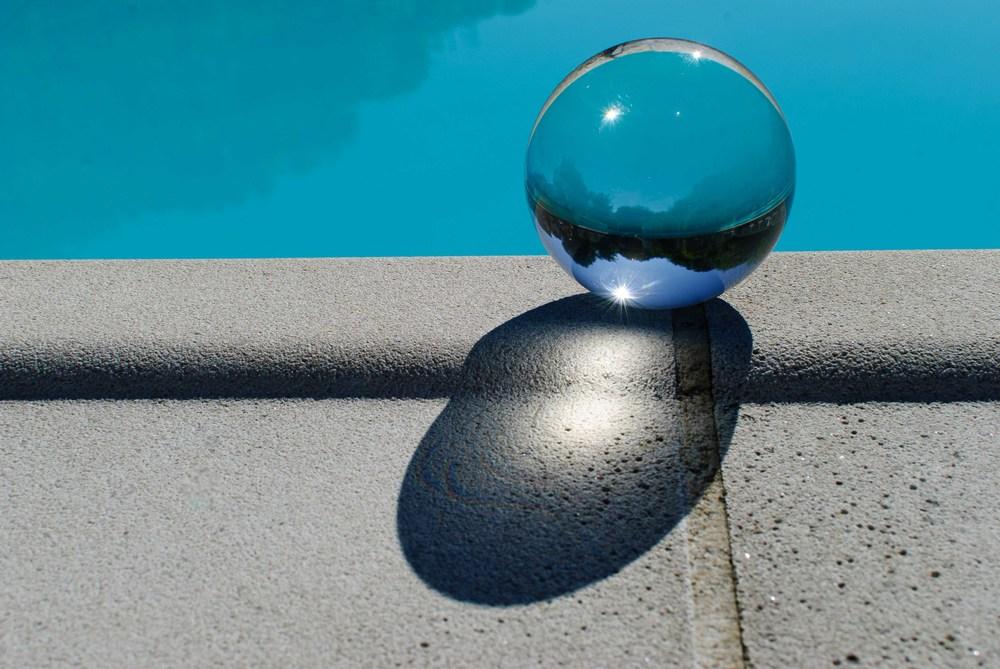 Strakke foto. Enkel kristallen bol zorgt voor verandering.