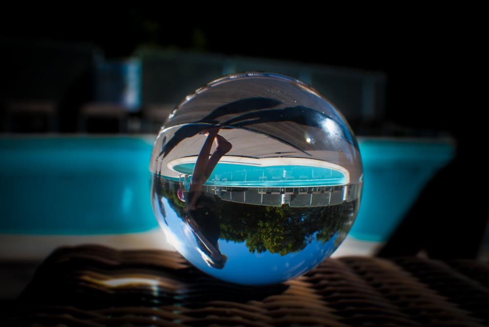Ninte kwam toevallig langs de strandstoel. Ik profiteerde ervan om foto te maken met de kristallen bol.