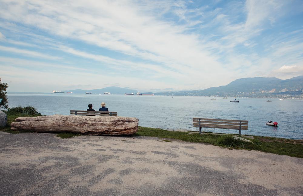 Even uitrusten op een bankje in Kitsilano Beach. Eén van de geweldige baaien van Vancouver. De zee is niet ver. Aan de horizon zie je al enkele tankers aan- en afvaren.