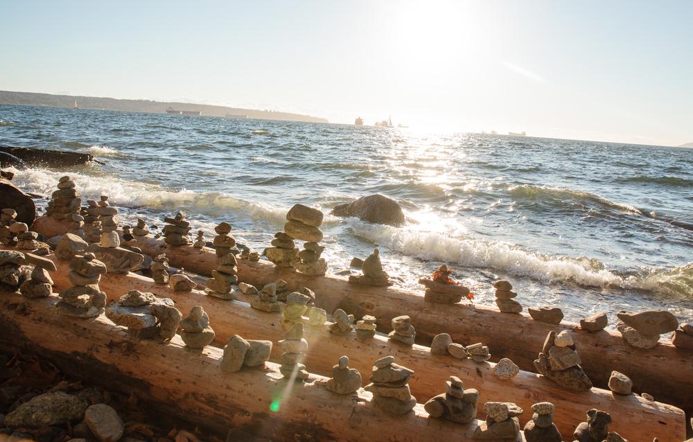 """""""Rock balancing"""" in Seawall. Een ritueel van de Vancourites."""